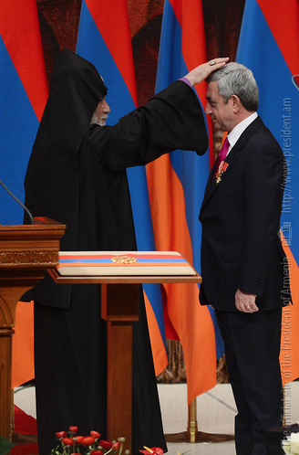 Karekin II blessing Serzh Sargsyan (© www.president.am)