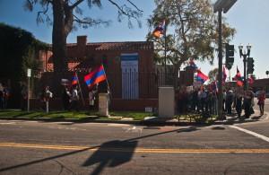 Բողոքող սփյուռքահայերը Լոս Անջելեսում ՀՀ հյուպատոսության դիմաց