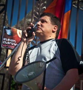 Արա Խ. Մանուկյանը դիմում է ցուցարարներին / Ara K. Manoogian addressing the protestors
