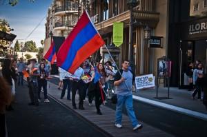 Երթի մասնակիցները անցնում են հայաշատ «Ամերիկանա»-յի տարածքով / Protestors martching in Americana